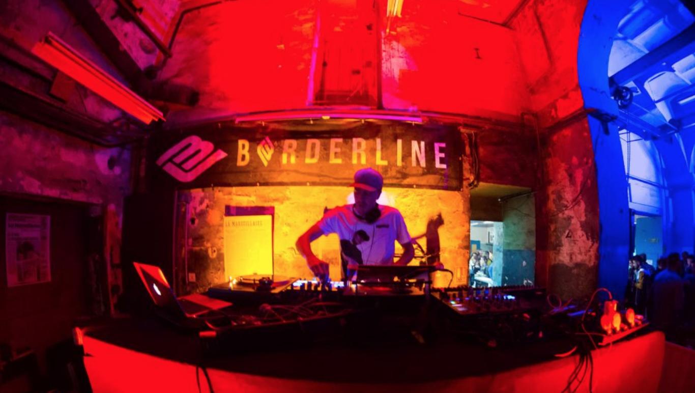 un DJ du collectif Borderline mixe aux Rotatives